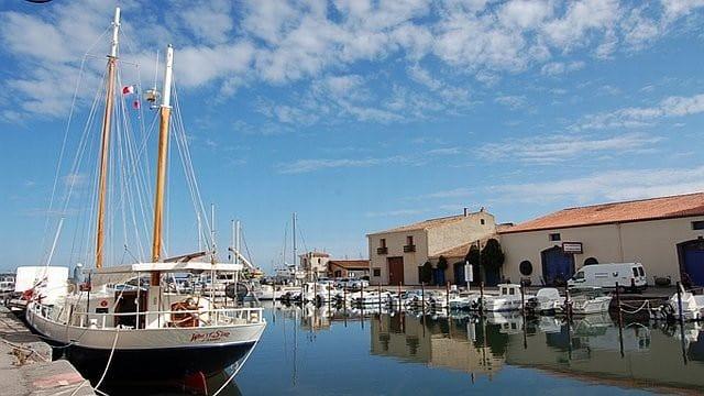 Petit port de marseillan en méditerranée