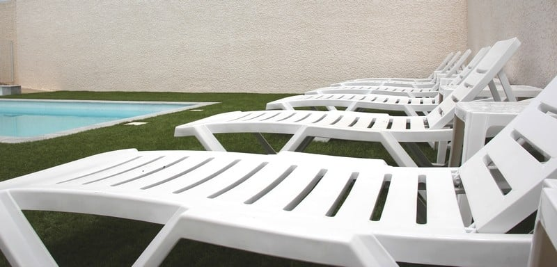 bains de soleil de la piscine